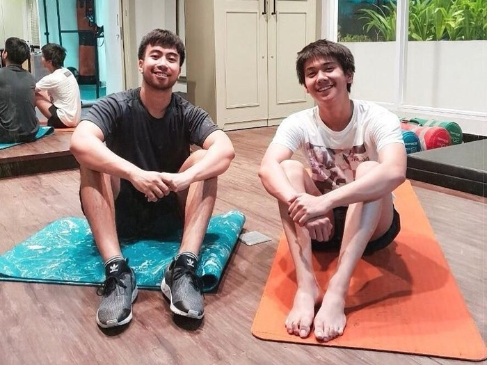 Fitness bareng Vidi Aldiano, netter malah fokus ke kaki Iqbaal Ramadhan yang mulus/Foto: Instagram/vidialdiano