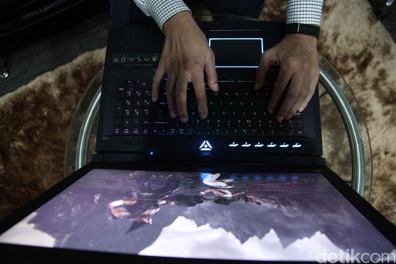 Soal layar, laptop gaming ini sudah mengadopsi layar bersolusi 4K untuk pengalaman bermain game yang maksimal.