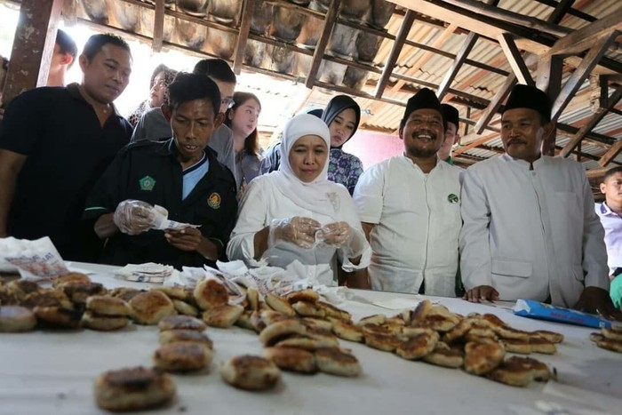 Bulan April lalu, politisi berusia 53 tahun itu berkunjung ke salah satu pembuat Wingko Babat. Wingko babat merupakan kue tradisional khas Lamongan yang terbuat dari tepung ketan, santan, dan gula.Foto: Instagram khofifah.ip