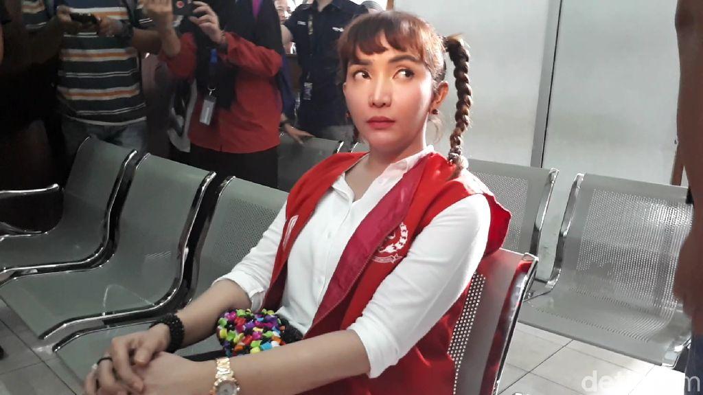 Batal Terbang, Roro Fitria Shock Tak Bisa Lihat Proses Pemakaman Ibu