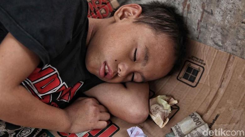 Momen Anak Jalanan Tidur Beralas Kardus di Ibu Kota