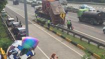 Truk Muat Bor Minyak Tabrak JPO di Tol Bambu Apus, 2 Mobil Rusak