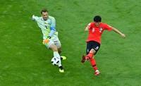 Kiper Manuel Neuer paling jadi perhatian, adalah aksinya keluar dari sarang tapi bolanya direbut dan Korea Selatan mencetak gol kedua. Neuer jadi buah bibir (REUTERS/Dylan Martinez)