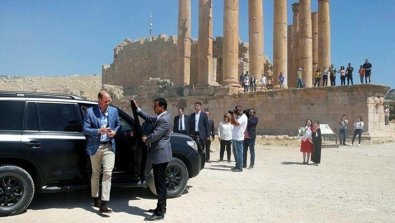 Pangeran William berkunjung ke Yordania, Senin (25/6) lalu. Penerus Tahta Kerajaan Inggris ini menyempatkan berkunjung ke Roman Ruins of Jerash, situs arkeologi penting bagi bangsa Yordania (Reuters)
