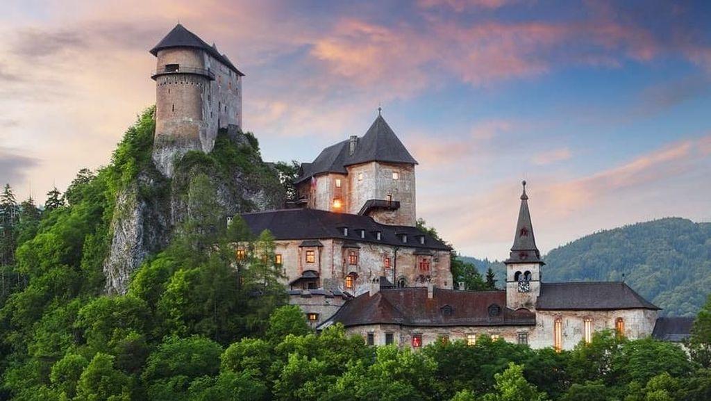 Uji Nyali di Kastil Ratusan Tahun, Kamu Berani?
