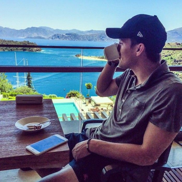 Mateo Kovacic, pesepakbola asal Kroasia ditemani dengan pemandangan laut biru yang indah. Mateo Kovacic pun terlihat sedang menyeruput secangkir kopi hangat. Foto: Instagram @mateokovacic8