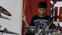 Selain itu adapula Angga, drummers tunanetra yang suka dengan musik metal.