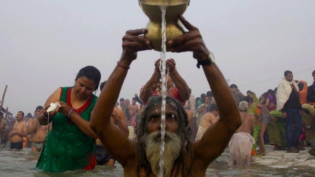 Ritual Sucikan Diri 12 Tahun Sekali di Sungai Gangga