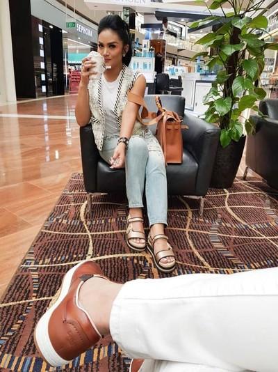 Gaya Krisdayanti pakai rompi dan sepatu Chanel. Foto: Dok. Instagram Krisdayanti