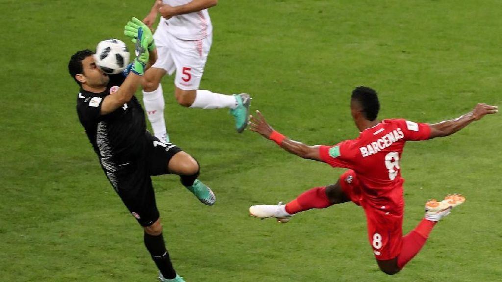 Video: Aksi Heroik Kiper Tunisia Halau Bola Pakai Muka