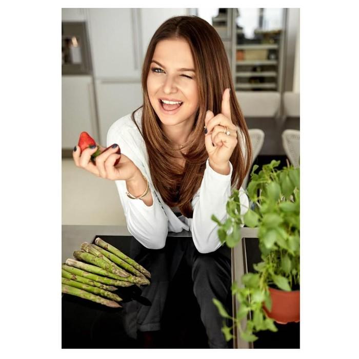Anna mengelola blognya yang membahas tentang nutrisi. Bahkan, ia juga telah menerbitkan sebuah buku mengenai nutrisi. Foto: Instagram/annalewandowskahpba