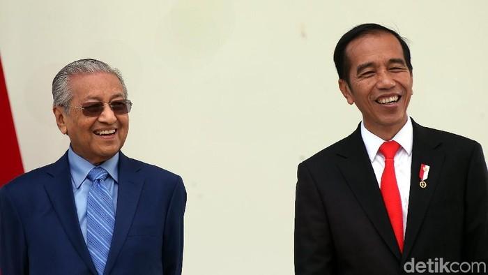 Presiden Joko Widodo (Jokowi) menerima kunjungan Perdana Menteri (PM) Malaysia Mahathir Mohamad. Keduanya pun terlihat ceria.