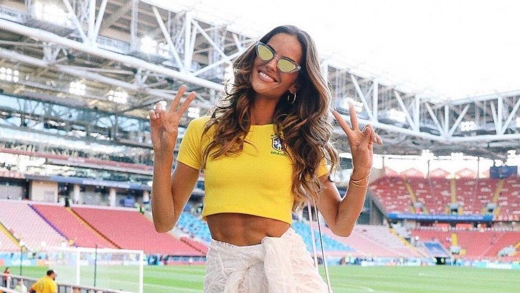 Stylish dan Seksi, Gaya 2 Model Victorias Secret Nonton Piala Dunia