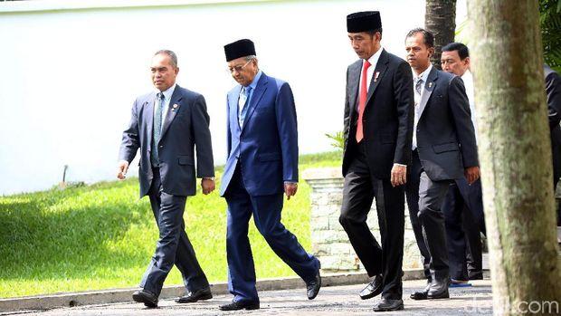 Presiden Jokowi saat bertemu PM Malaysia Mahathir Mohamad di Istana Bogor, Agustus 2018. Pertemuan ini juga sempat membahas pembebasan Aisyah.