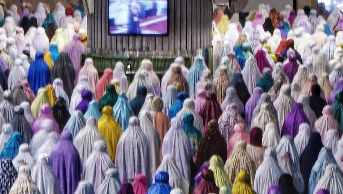Sholat tarawih berjamaah. Foto: detik