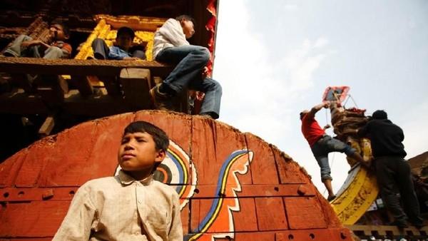 Foto: Menarik Rathas adalah hal yang paling seru untuk disaksikan, warga akan tumpah ke jalan. (Navesh Chitrakar/Reuters)