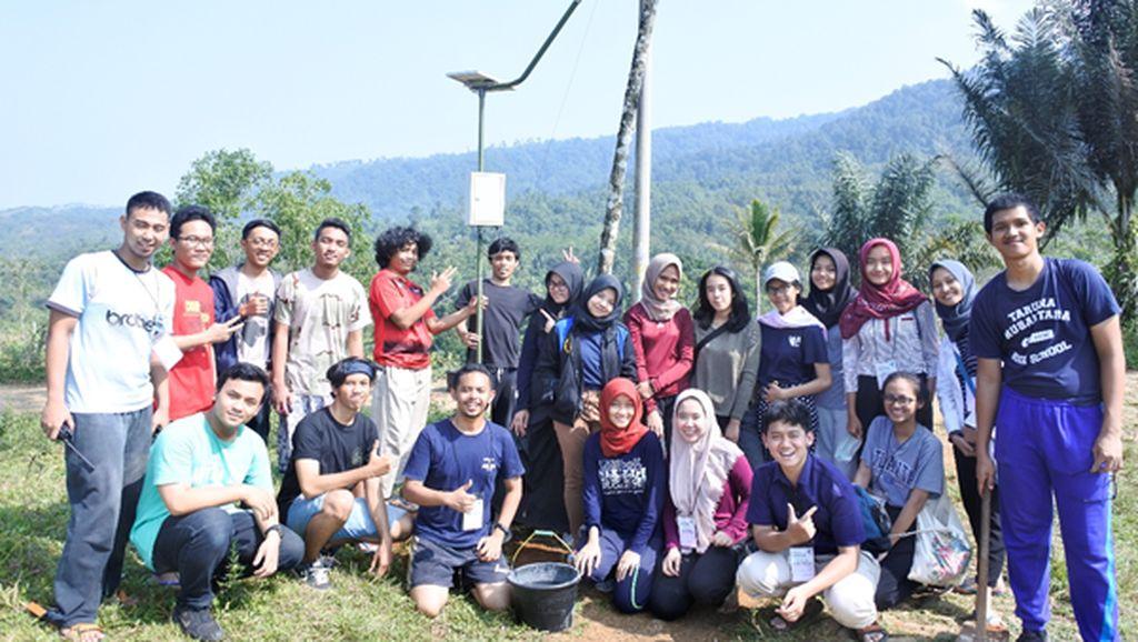 Mahasiswa UI Boyong Teknologi Sel Surya ke Desa di Sukabumi