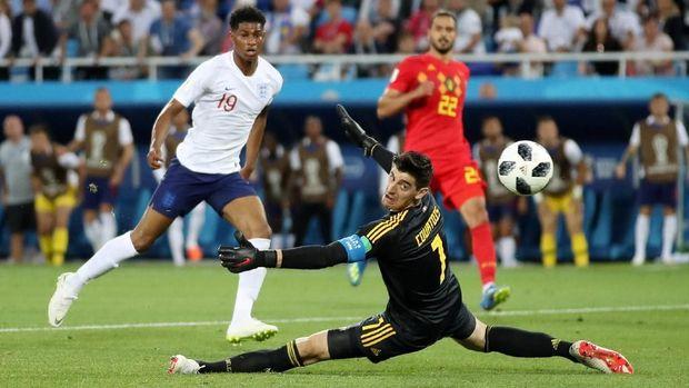 Striker Man United Marcus Rashford (kiri) bisa berduel kembali dengan Thibaut Courtois dari Chelsea.