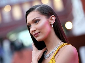 Aksi Boikot Bella Hadid, Netizen Arab Ramai-ramai Buang Kosmetik Mahal Dior