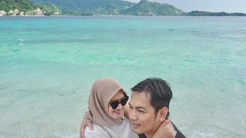 Tommy Kurniawan dan Lisya Nurrahmi menikmati keindahan pantai di Ogoamas, Kecamatan Sojol utara, Donggala, Sulawesi Tengah (lisyanurrahmi/Instagram)