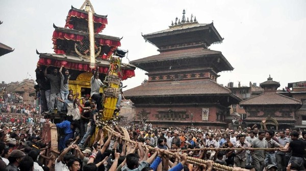 Foto: Kereta ini tidak ditarik dengan kuda melainkan oleh masyarakat. Para warga dari seluruh Nepal akan menarik kereta dengan tali dan mulai perang-perangan. (welcomenepal.com)