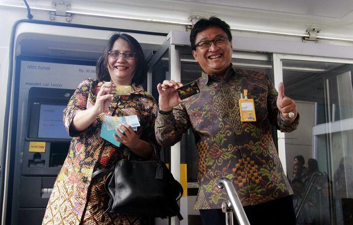 Direktur Utama Bank Mantap Josephus K. Triprakoso bersama Deputi Direktur Bank Indonesia DIY Sri Fitriani menjajal transaksi Kartu ATM baru Bank Mantap yang berlogo Gerbang Pembayaran Nasional (GPN). Foto: dok. Bank Mantap