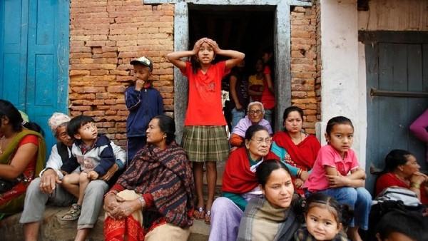 Foto: Sebelum memulai Bisket Jatra, masyarakat akan mengadakan ritual Tantra khusus di Kuil Bhairab di Taumadhi Tole, Bhaktapur. Setelah selesai berdoa, masyarakat akan menempatkan Bhairav dan Bhadrakali. (Navesh Chitrakar/Reuters)