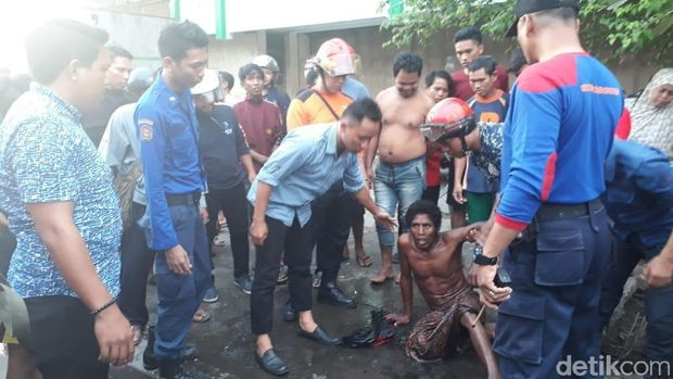 Nyangkut di Saluran Air, Pria di Makassar 'Mandi Tanah'