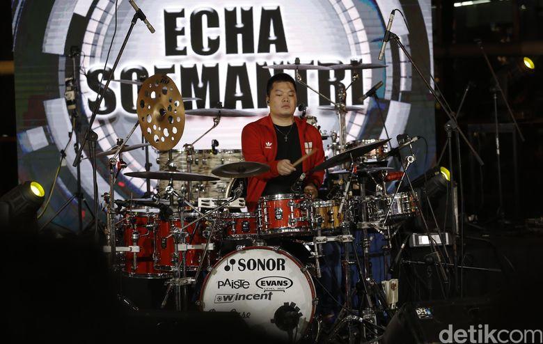 Tak bosan mendengar gebukan drum Echa yang penampilannya malam ini begitu cepat. Foto: Asep Syaifullah