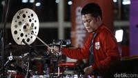 Penampilan Echa yang memukau para penonton yang masih bersemangat menyambut beberapa drummer Indonesia lainnya. Foto: Asep Syaifullah