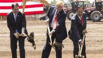 Aksi Presiden Trump Sekop Tanah di Peresmian Pabrik Foxconn