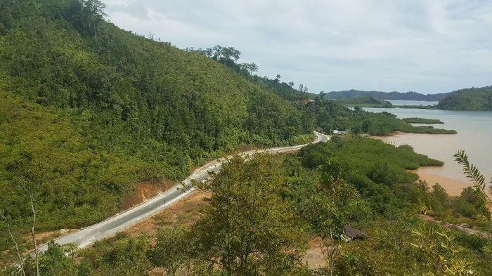 Jalan akses ke destinasi wisata Mandeh sepanjang 41,18 km ditargetkan rampung pada akhir tahun 2018.Foto: Dok. Kementerian PUPR