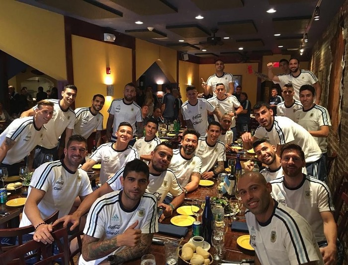 Pemain bek Argentina yang juga memperkuat Tim Manchester United ini tengah merayakan momen makan bareng teman satu timnya. Ramai-ramai mereka makan bersama. Seru ya! Foto: Instagram @marcosrojo