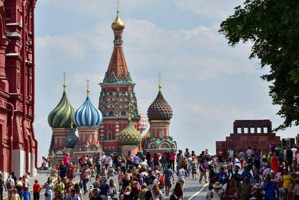 Red Square memang sangat melekat dengan wisata Moskow, Rusia. Di sinilah rumah Katedral Saint Basil dengan arsitektur megah dan kubah warna-warninya. (Miladen Antonov/AFP)
