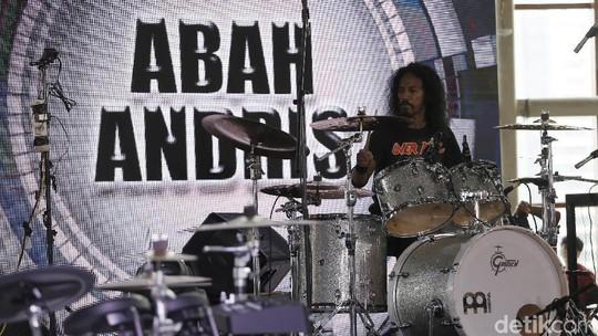 Penampilan Abah Andris, Dedengkot Musik Metal Tanah Air