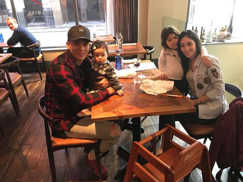 Bersama istri dan kedua anaknya, Marcos sudah siap makan malam. Tampak semuanya sudah siap di sebuah restoran, tinggal makanannya nih yang belum datang. Foto: Instagram @marcosrojo