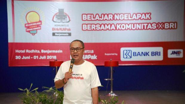 Fajeri Hidayat (Koordinator Lapangan Komunitas Bukalapak Banjarmasin)  Memberikan materi mengenai mengapa harus berjualan online dalam acara  Belajar Ngelapak Bersama Komunitas Bukalapak Banjarmasin.