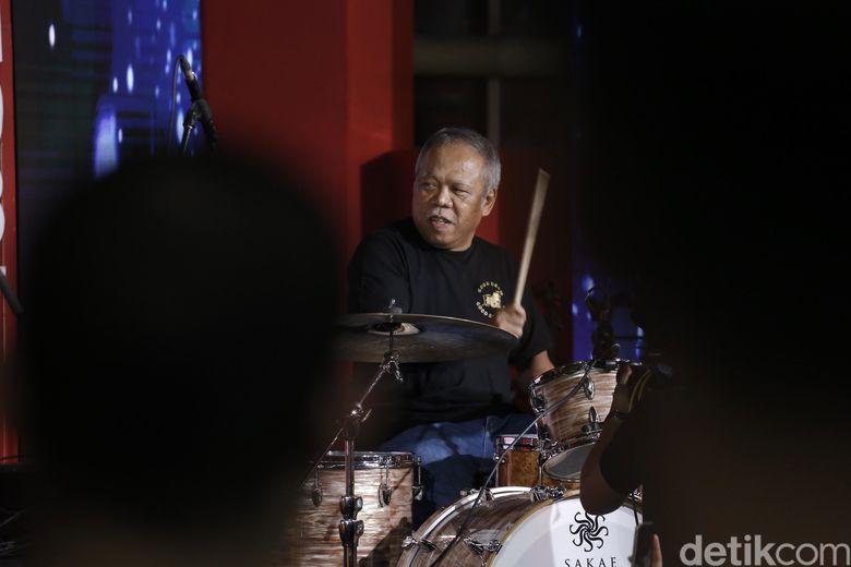 Menteri Basuki menunjukan kemampuan nge-drum nya dan berduet dengan Gilang Ramadhan.