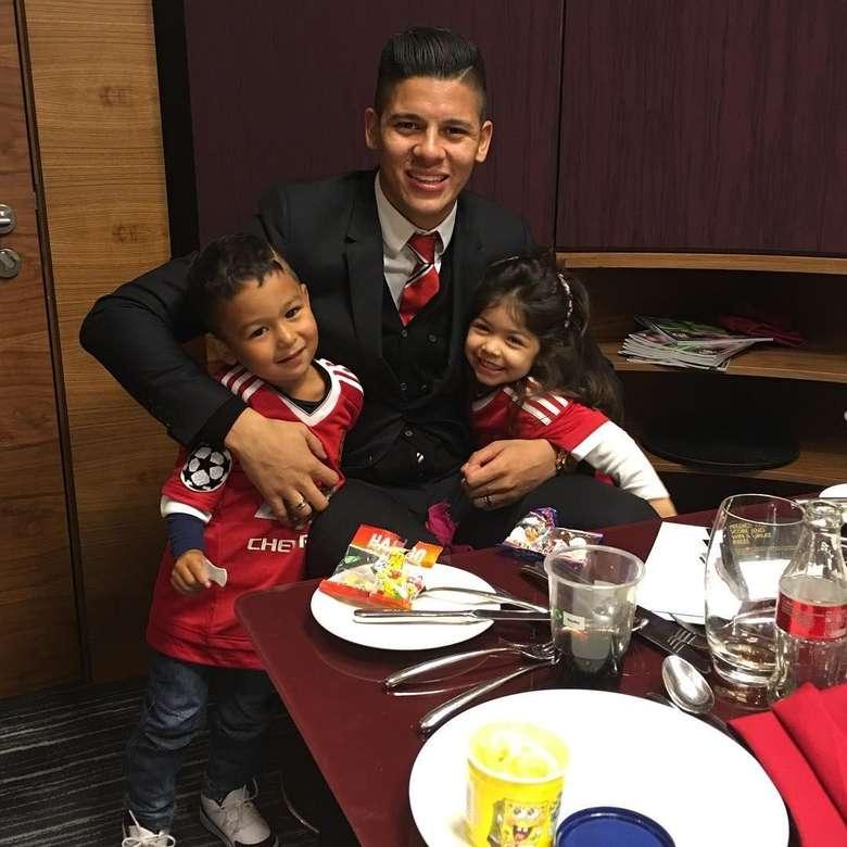 Pemilik nama lengkap Faustino Marcos Alberto Rojo ini tampaknya juga dekat dengan anak-anak. Lihat saja gayanya saat memeluk dua anak kecil, padahal dirinya hendak makan. Foto: Instagram @marcosrojo