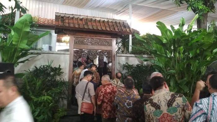 Para tamu berdatangan ke rumah Menteri BUMN Rini Soemarno di perumahan Patra Jasa, Kuningan, Jakarta Selatan.Foto: Hendra Kusuma/detikFinance