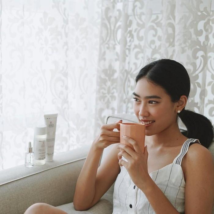 Penyanyi kelahiran Sydney, Australia ini makin dewasa juga makin cantik. Lihat saja, gaya berfoto Alika saat sedang menikmati minuman hangat. Keren ya! Foto: Instagram @alikaislamadina