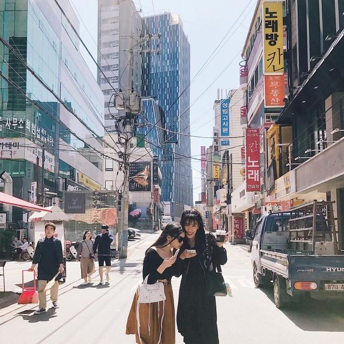 Saat sedang liburan ke Seoul Korea, tampak Alika sedang memegang minuman sambil berfoto mengenakan baju hitam dan sepatu putih. Foto: Instagram @alikaislamadina