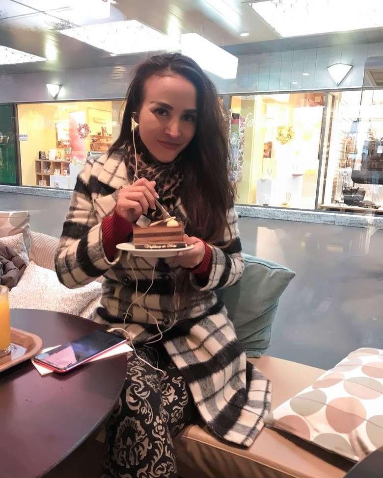 Cynthiara Alona merupakan seorang model sekaligus pemain film genre horror, yang kini beralih menjadi pengusaha. Lewat akun Instagramnya, ia kerap mengunggah foto-fotonya saat kulineran. Foto: Instagram @cynthiara_alona