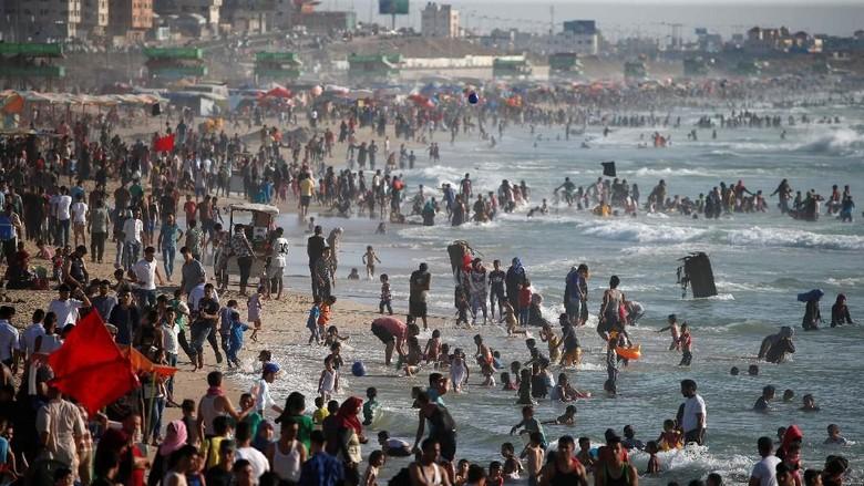 Wajah Damai Jalur Gaza: Warga Liburan Bawa Kuda ke Pantai
