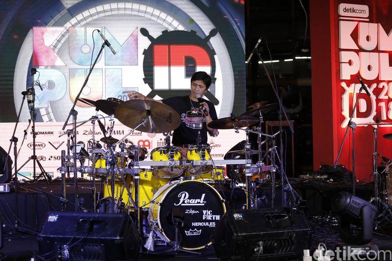 Usai tampil Gilang pun membagi tips dan setting drum set miliknya.