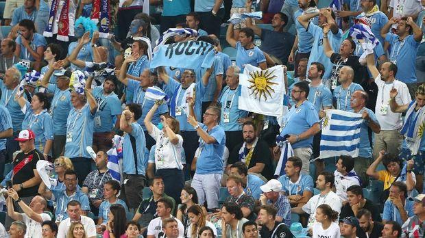 Para suporter timnas Uruguay, di Fisht Stadium, Sochi, Rusia, 30 Juni.