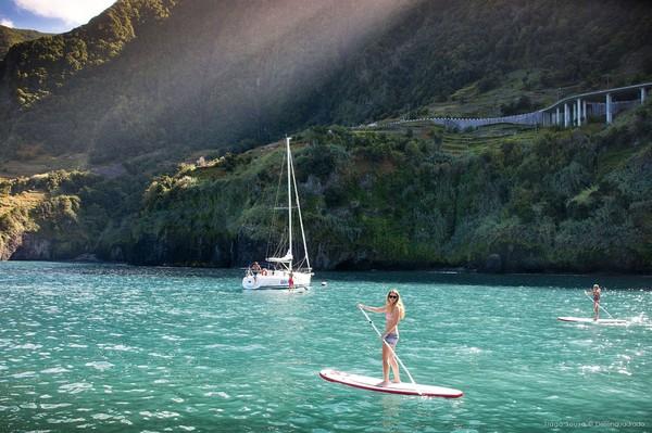 Pulau ini memang mengkampanyekan diri sebagai Destinasi Aman (dari) COVID-19. Selain melakukan tes COVID-19 untuk turis, mereka juga bekerja sama dengan SGS yang menyediakan layanan sertifikasi kebersihan. Foto: (Visit Madeira/Facebook)