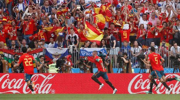 Sergio Ramos merayakan gol Spanyol, namun wasit menghitung sebagai
