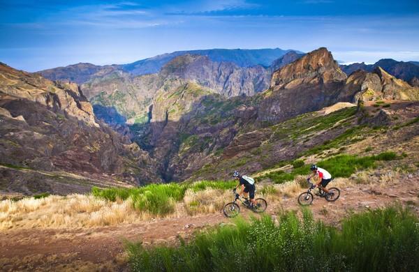 Turis dapat menghabiskan waktu di area perbukitan. Salah satu yang paling populer adalah Pico do Ariero yang merupakan puncak tertinggi di pulaunya. Foto: (Visit Madeira/Facebook)