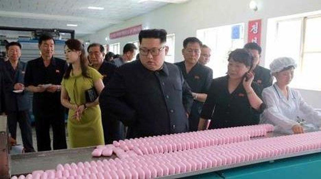 Momen Langka Kim Jong-Un Ajak Istri ke Pabrik Kosmetik